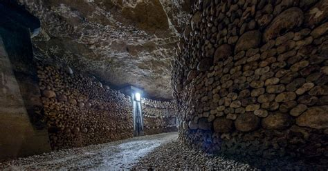 Catacombs of Paris: Full Access Small Group Guided Tour